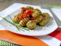 Gnocchi di patate al pesto di rucola e pomodorini