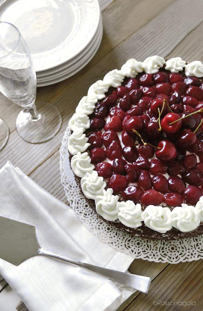 Torta al coccolato con ciliegie e panna
