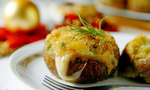 Funghi ripieni con crema di patate piselli e salsiccia