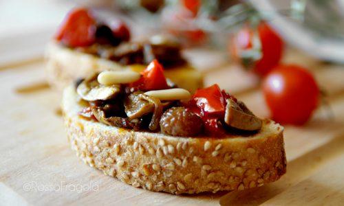 Crostini alla campagnola con funghi champignon e peperoni rossi