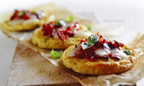 Pizzette di patate con peperoni rossi e mozzarella