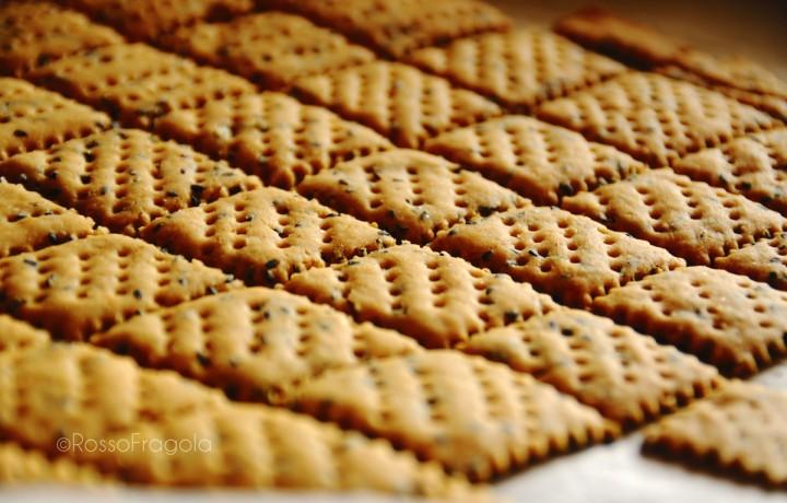 Crackers al sesamo nero, rosmarino e paprika
