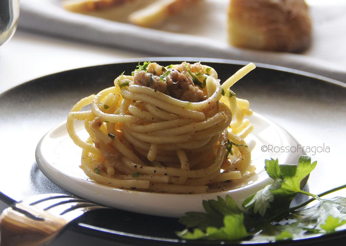 Spaghetti con tonno e curcuma innaffiati al prosecco