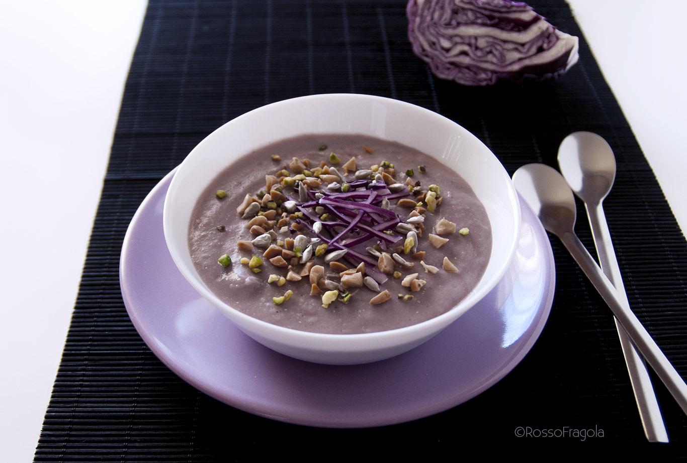 Vellutata di patate e cavolo viola, con arachidi, pistacchi e semi di girasole