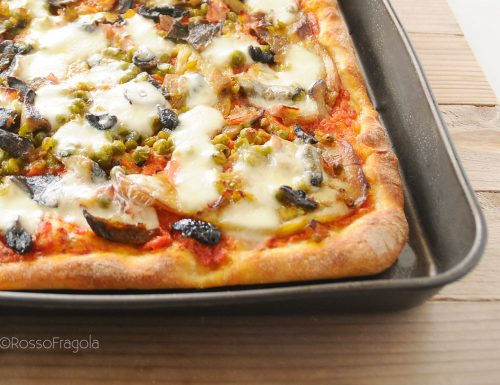 Pizza capricciosa con melanzane, funghi e piselli