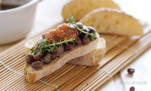 Zuppa di fagioli azuki rossi su crostini di pane