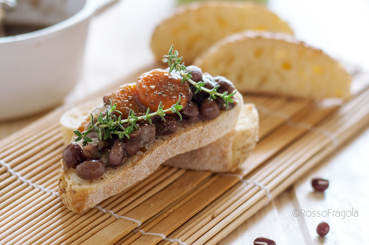 Fagioli azuki rossi su crostini di pane