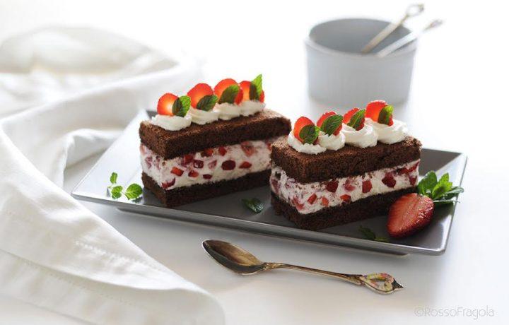 Mini Cake al cacao con fragole e panna