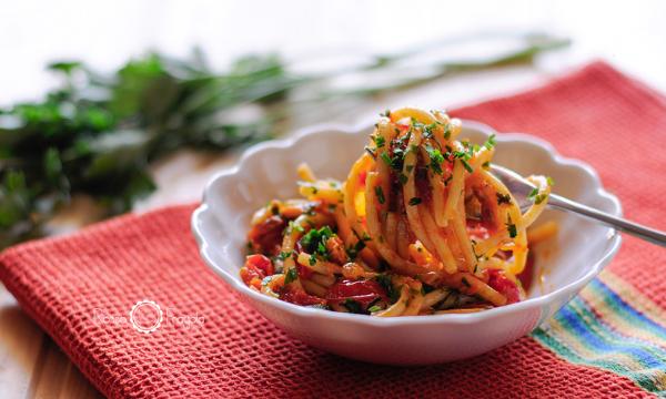 Spaghetti con datterini e salmone al peperoncino