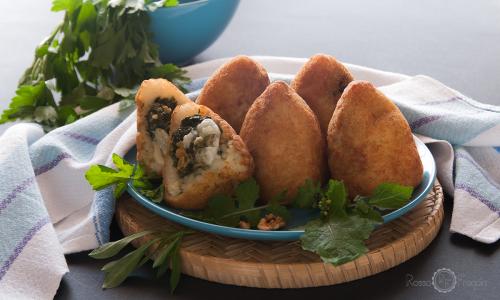 Arancini con verdure selvatiche salsiccia e noci