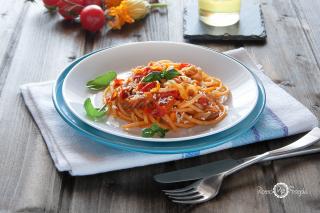 Spaghetti con pomodorini fiori di zucca e melanzane