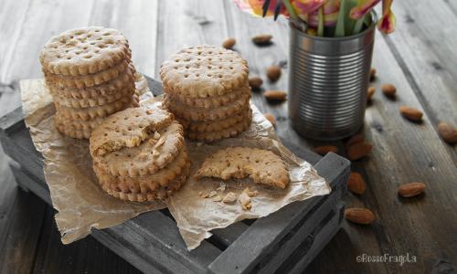 Biscotti alle mandorle con zucchero di cocco e miele