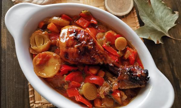 Cosce di pollo piccanti con peperoni e porro