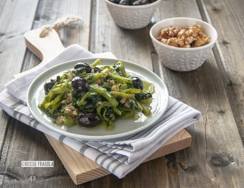 Cicoria ripassata in padella con olive e noci