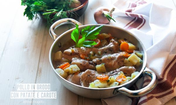 Pollo in brodo con patate e carote, semplice ed economico