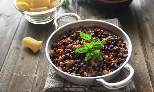 Fagioli neri e salsiccia al sugo piccante