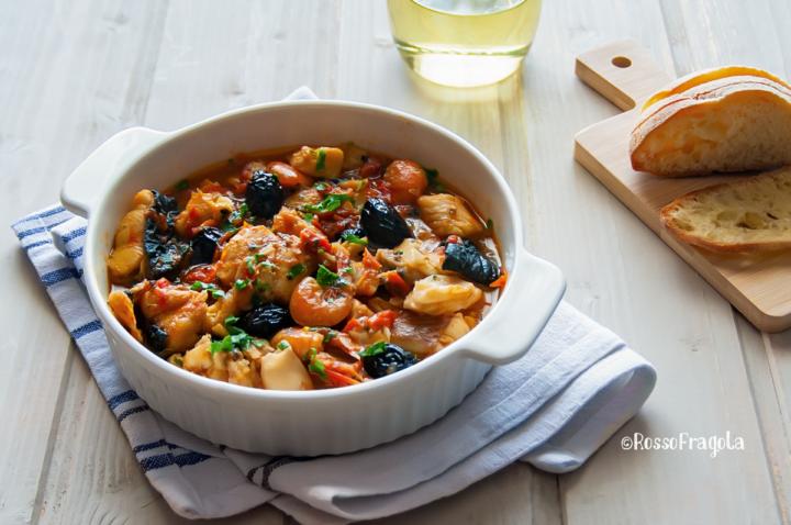 zuppa di pesce alla marinara con olive e pomodorini