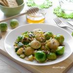 Cavolini di Bruxelles e zucchine al miele, con semi e uvetta