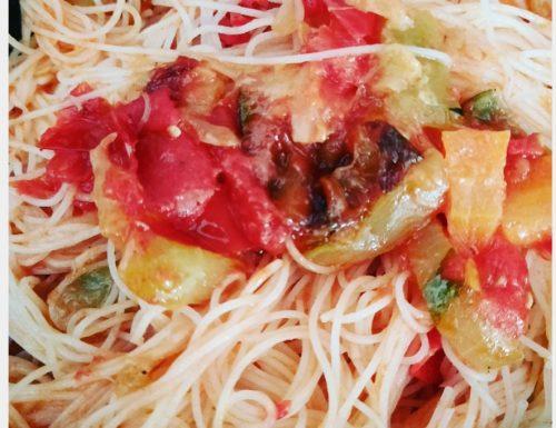 Noodles di riso con verdure saltate