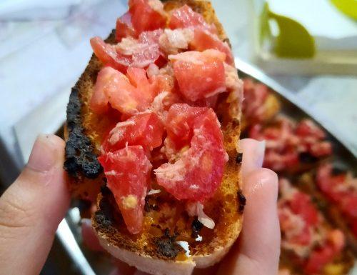 Bruschette al pomodoro e tonno