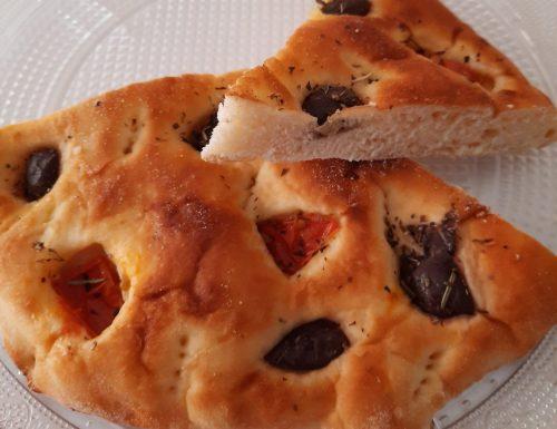 Focaccia morbida ai pomodori e olive