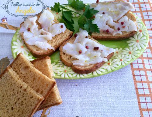 Crostini con carpaccio di cuor di merluzzo
