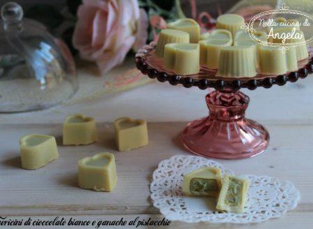 Cuoricini di cioccolato bianco e ganache al pistacchio