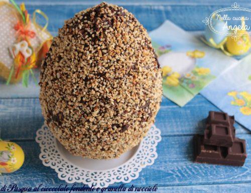 Uovo di Pasqua al cioccolato fondente con granella di nocciole