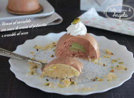 Mousse al cioccolato con cuore di crema al pistacchio e crumble al cocco