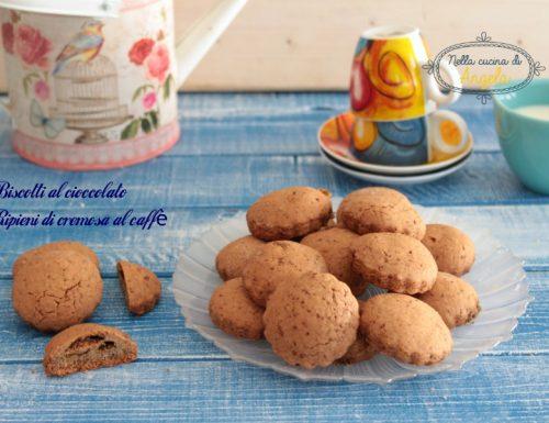 Biscotti al cioccolato ripieni di cremosa al caffè