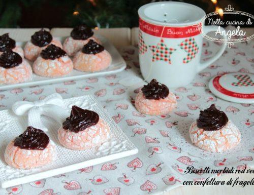 Biscotti morbidi red velvet con confettura di fragole