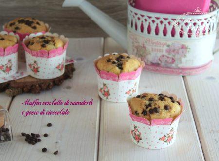 Muffin con latte di mandorle e gocce di cioccolato