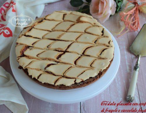 Crostata glassata con confettura di fragole e cioccolato fondente