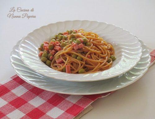 Spaghetti con piselli e prosciutto cotto