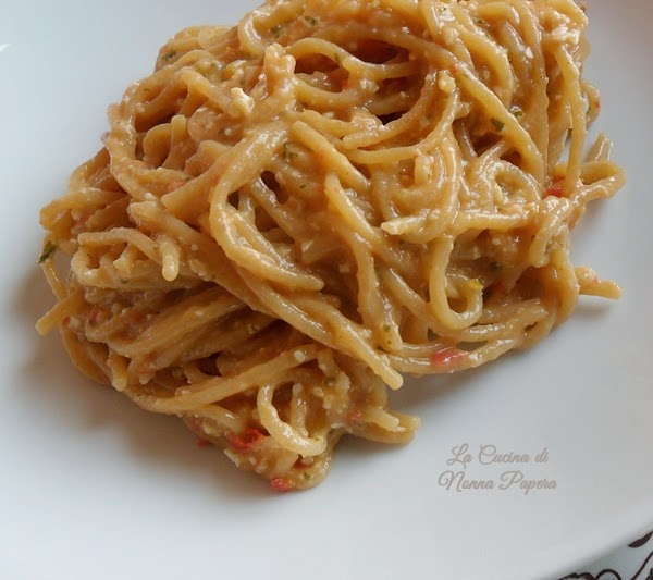 Spaghetti con pesto di frutta secca e pomodorini freschi
