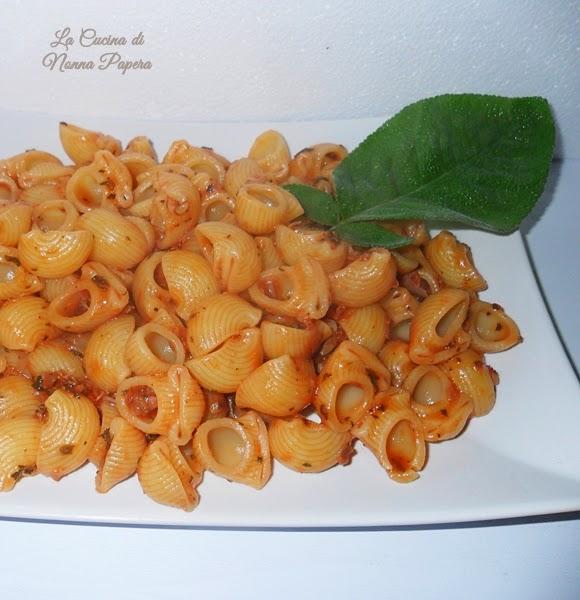 Pasta al sugo di pomodoro origano e salvia