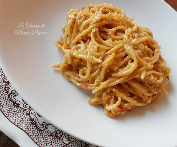Spaghetti al pesto di mandorle e pinoli