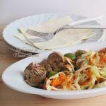 Contorno con carciofini grigliati e olive verdi