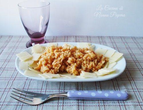 Risotto saporito con patè di pomodori funghi e olive