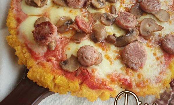 Pizza di polenta con funghi, mozzarella e salsiccia
