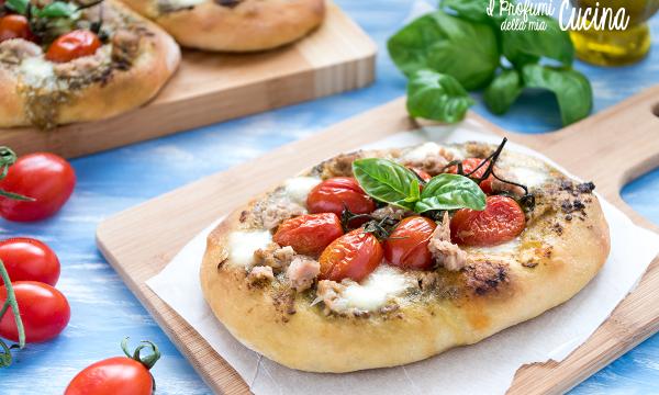 Pizza alta con pesto tonno e pomodorini
