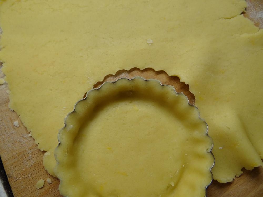 stendere la frolla negli stampini per crostatine