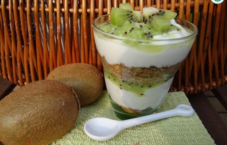 Coppa yogurt greco e kiwi con croccante