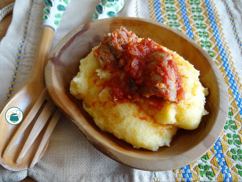 Polenta con salsiccia al sugo / ricetta calabrese