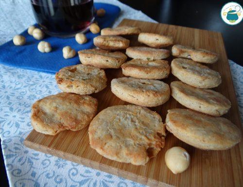 Biscotti salati alle nocciole e robiola