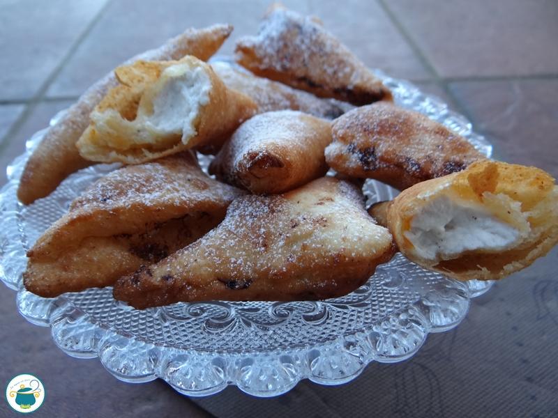 Ravioli dolci fritti con ricotta e cannella