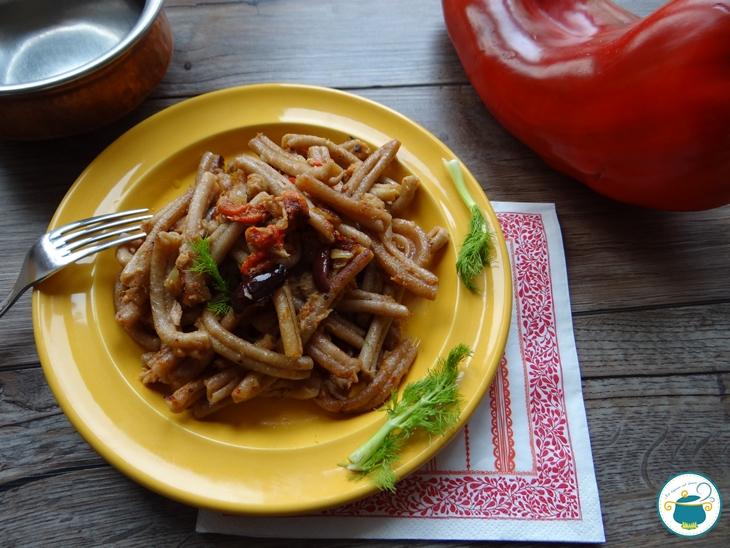 Pasta con peperoni, tonno, olive e finocchietto