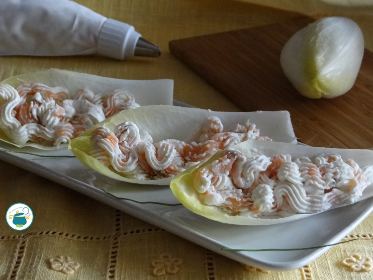 Barchette di indivia al salmone