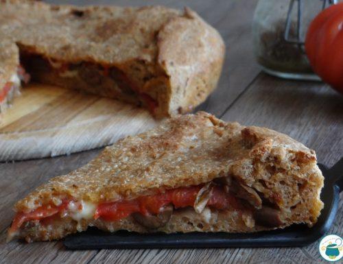 Focaccia ai cereali e pomodori secchi, con olive e pomodori