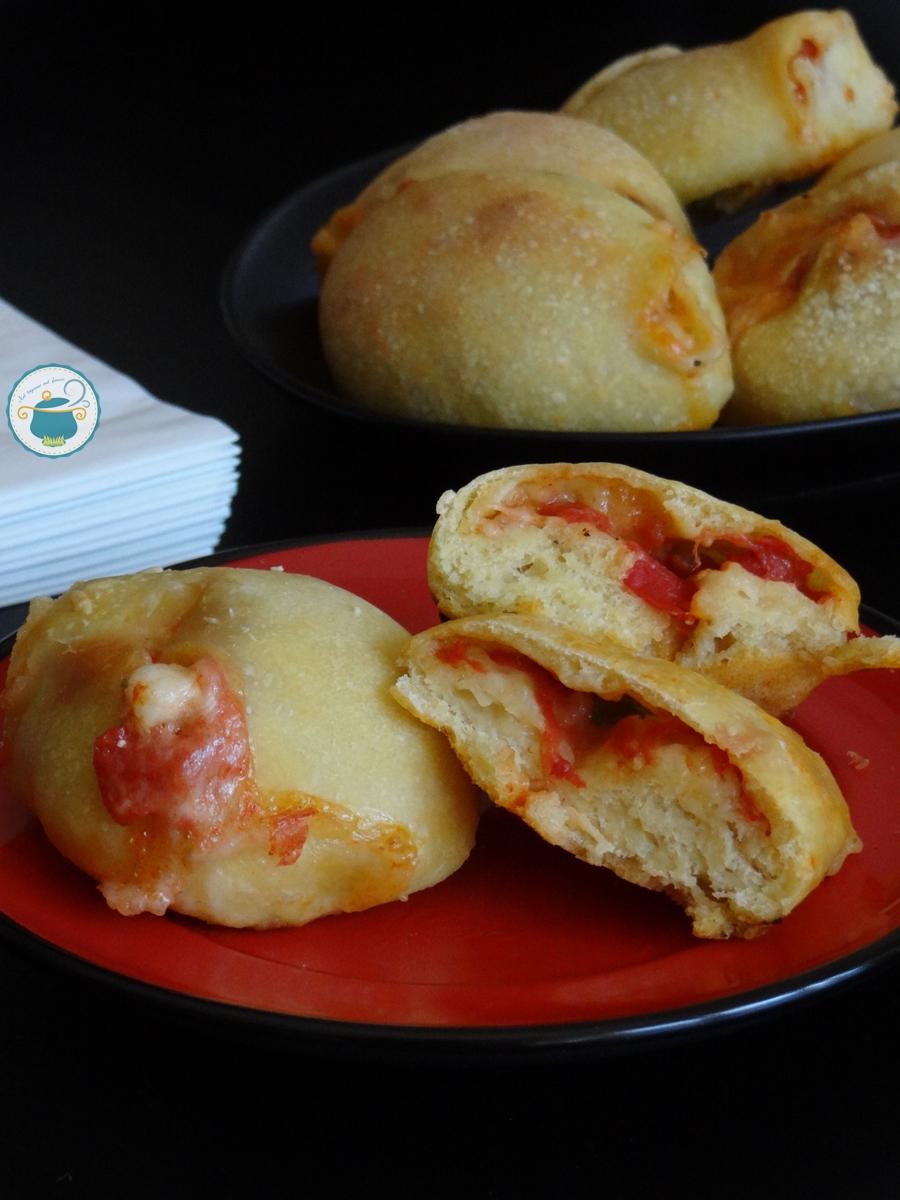 Bocconcini di pizza ripieni con pomodoro e mozzarella